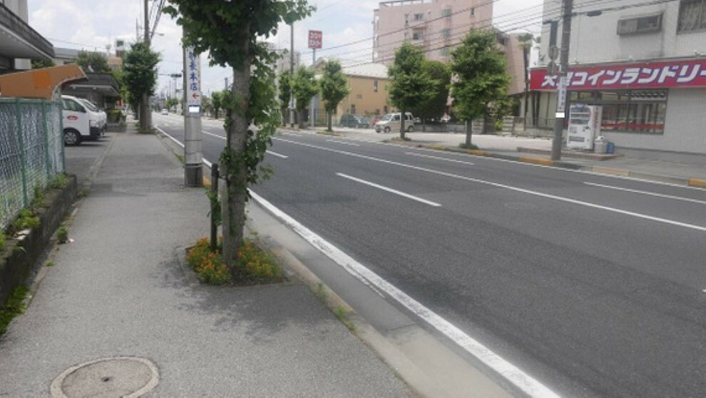 現況写真 前面道路は広く、開放感がございます。