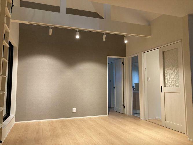 居間・リビング 見事な上部の飾り梁、この空間を照らしだしてくれるダウンライト、ふりそそぐ陽光が照らしだす時間、過ごす時間と共に表情を変えこの場所を演出してくれる。
