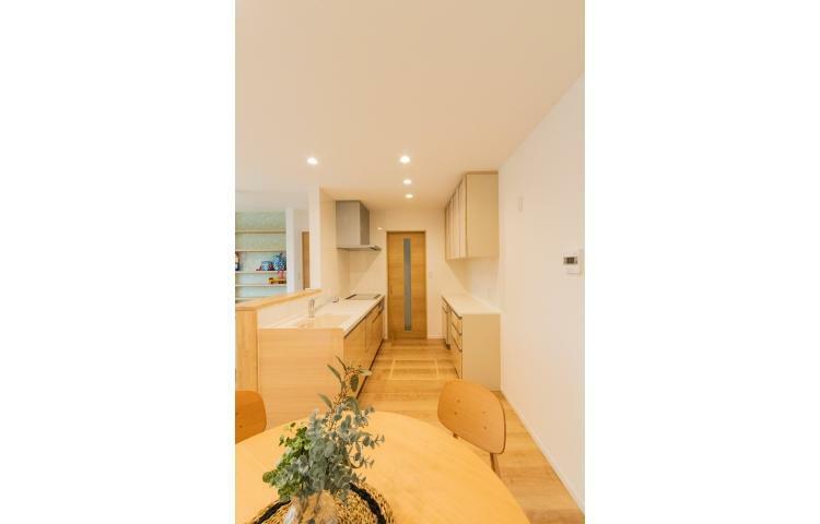 キッチン キッチンは「カップボード」付きで、大容量の収納です。洗面脱衣室まで距離を近く配置した、家事がしやすい導線。