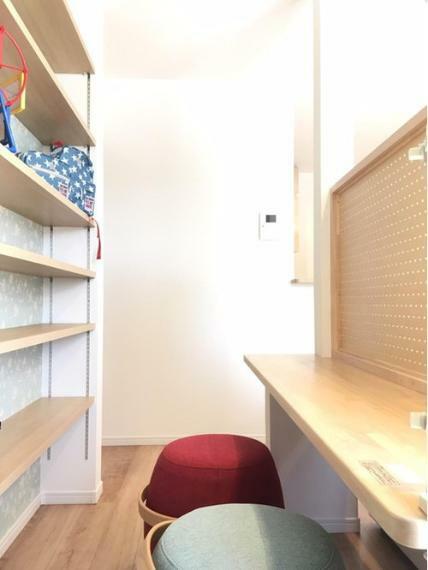 リビングダイニング リビングにはスタディコーナーがあります。キッチンから目の届くところでお子様の学習を見守ることができます。もちろん、パソコンスペースや書斎としても活用できます。
