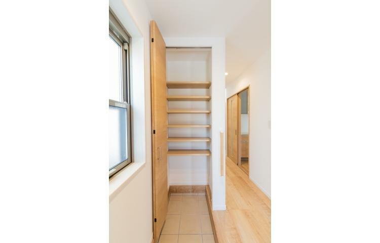 玄関 「シューズクローク」は床がタイルになっているので、土が付いたものでも収納できて安心。ベビーカー、ゴルフバッグ、ガーデニング用品など大きな物が収まって玄関がすっきりします。