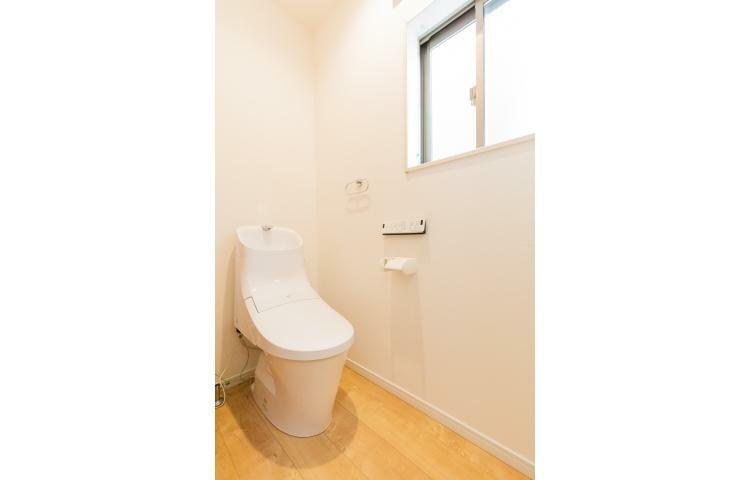 トイレ 「リクシル」製のフチ無しトイレを採用。汚れが落ちやすい「アクアクリーン」加工がされており、お掃除も楽々。換気ができるように小窓を設けています。