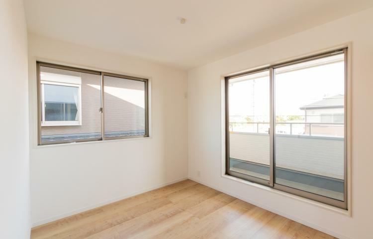 洋室 .【2面採風・2面採光】環境条件をていねいに読みとき、自然の力を巧みに取り入れて設計。各居室に必ず二面以上の窓を設置。