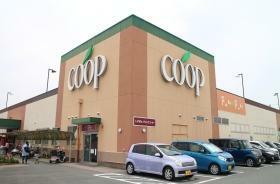 スーパー ユーコープさんじの店まで663m 営業時間9:00~21:00 コープ商品、産直・産地指定商品をはじめ、生鮮品から日用雑貨まで取り扱っているスーパーです。買いすぎても安心の「お買いものお届けサービス」も行っています。