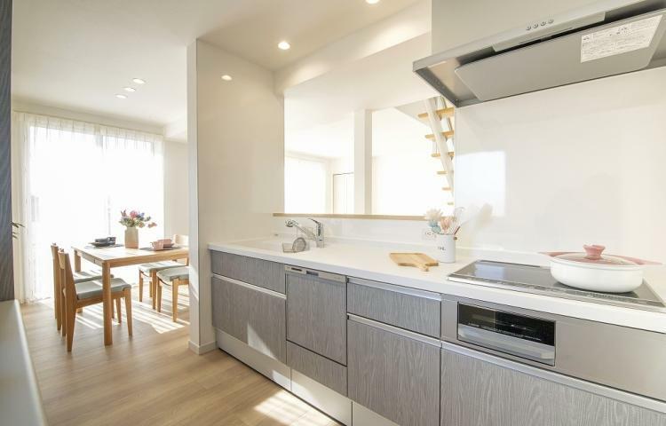 キッチン NO.3-3 対面式キッチンは、家族との会話を楽しみながら家事ができます。また、家族の様子が分かるため安心です。