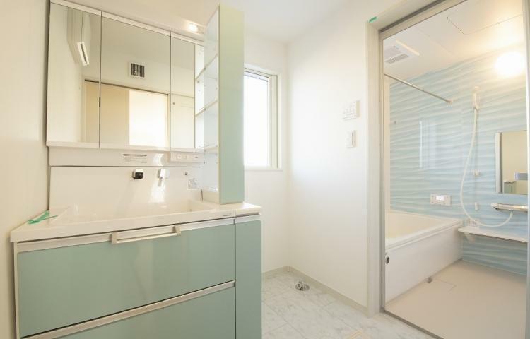 脱衣場 NO.3-3 ブルー系で統一された清潔感ある洗面脱衣所・浴室。