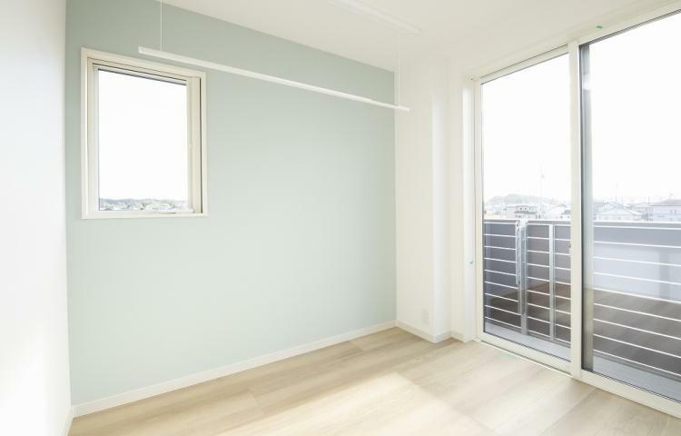 NO.3-3 2階の廊下ホールには室内物干しを設けました。雨の日や花粉の季節の洗濯干しに重宝します。