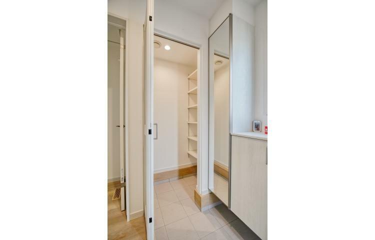玄関 NO.3-3 シューズクロークは家族全員の靴だけでなく、ベビーカーや遊具等も収納できます。