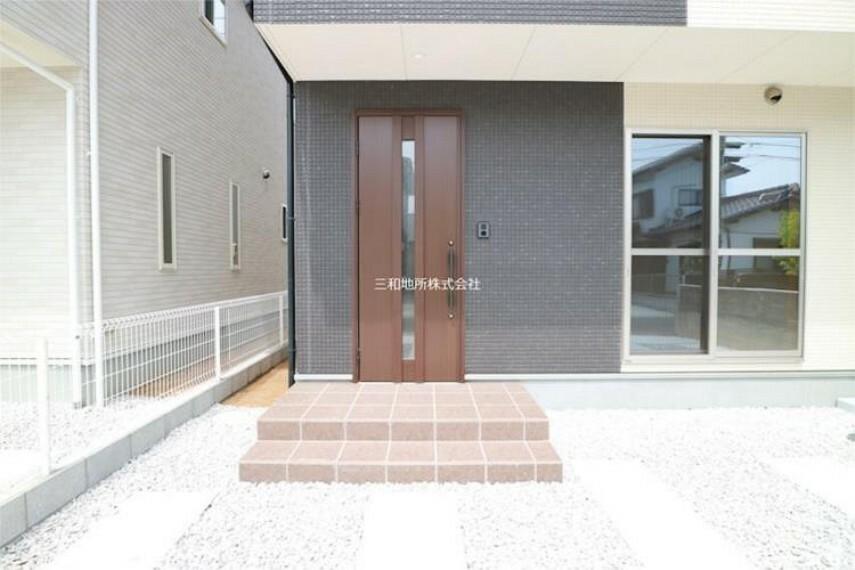 玄関 シックな色合いの玄関はダブルロックで防犯面も安心です