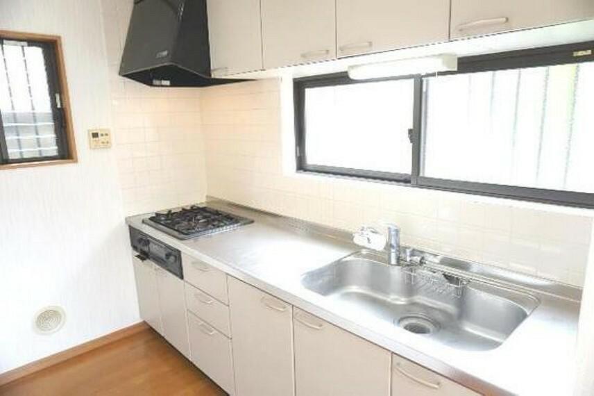 キッチン 窓付きの独立したキッチンでお料理がはかどります。