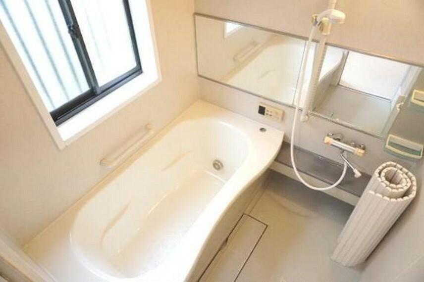 浴室 明るいバスルームで1日の疲れもとれますね。