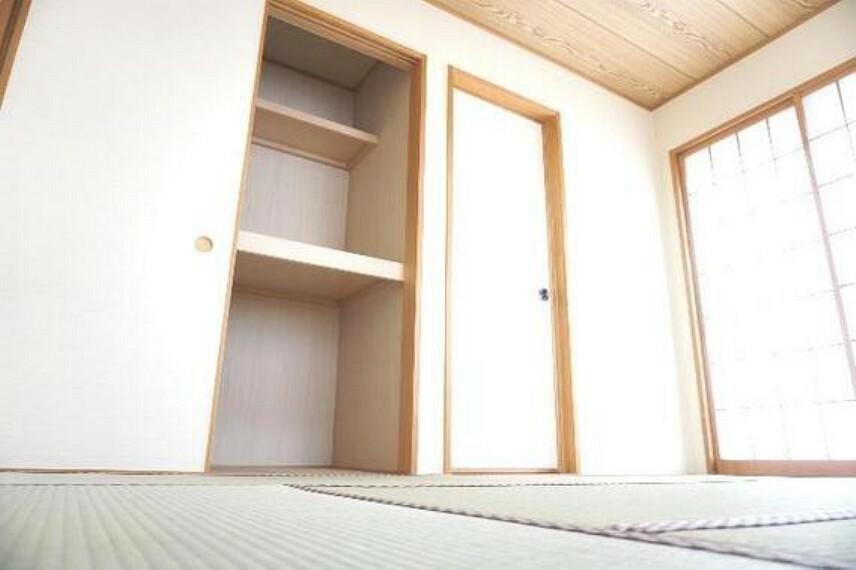 専用部・室内写真 押入れがありお布団などの収納にも便利です。