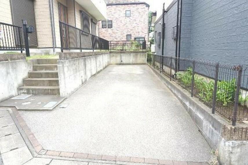 駐車場 敷地内に駐車スペースございます。
