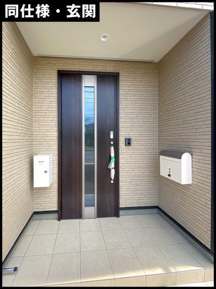 玄関には、電子錠で鍵の開け締めができる扉を採用しております。カラーモニター付きのインターホンが設置されており、留守の際には録画機能が備わっておりますので、誰が来たか確認が出来ます。