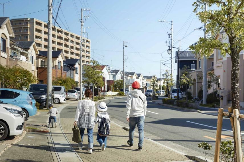 現況写真 【分譲地街並み】美しいゾーニングや家並が一体となって形成する、ハイセンスな印象。リゾートライクな暮らしを楽しめます。 セコムのシステムを導入し、街路には監視カメラを設置。