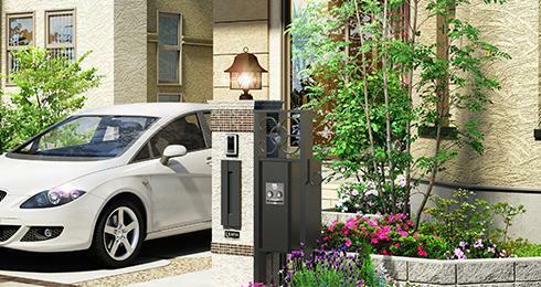 完成予想図(外観) 住まう方を温かく迎えてくれる、 デザイン門柱。 留守時でも荷物が受け取れる、宅配ボックスを備えた機能的なデザイン門柱。夜間は鋳物風デザインの門灯が、帰宅時に温かく迎えてくれます。