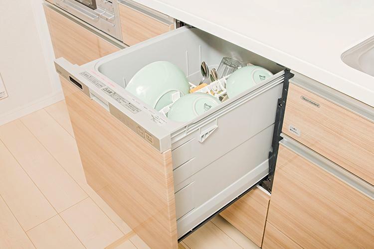 ビルトイン食器洗い乾燥機 静音性・省エネ性にも優れた食器洗い乾燥機。かがまずに食器が入れられるスライドタイプです。