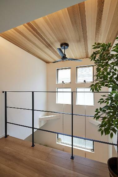 同仕様写真(内観) 施工例■吹抜の上階ホール、居室スペースはリビングとの一体感があり、家族がすぐそこにいる安心感がうまれます。また、狭苦しく感じてしまう廊下部分も同じサイズですが開放的に感じることができます。