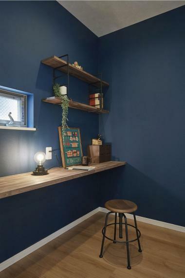 同仕様写真(内観) 施工例■キッチン横の造作棚を設置した家事スペースは、ちょっとした書き物や、パソコンやタブレットを置いてレシピを調べたりなどあると嬉しいスペースですね。