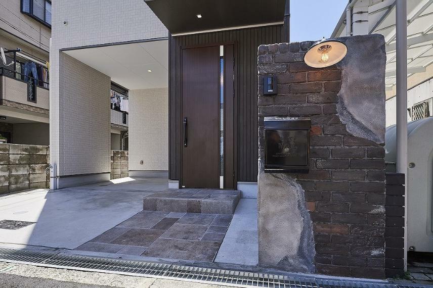 同仕様写真(内観) 施工例■白と茶色の外観に、ブロックでヴィンテージ感のある門柱にレトロな照明、ポストを選び、お家の内外観に合わせた雰囲気を作っています。