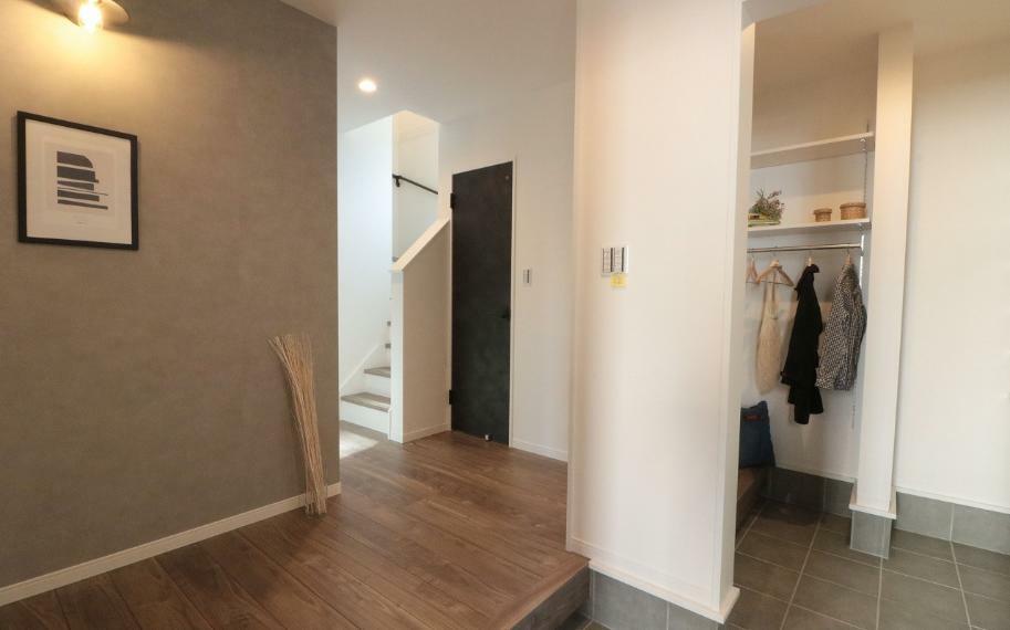 同仕様写真(内観) 施工例■玄関のシューズクロークには棚だけではなく、ハンガーパイプも設置し衣類をかけることも可能です。