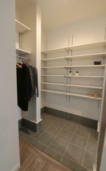 同仕様写真(内観) 施工例■広々とした玄関のシューズクロークはすこし大きめにとりました。家族全員の靴を充分にしまうことができます。