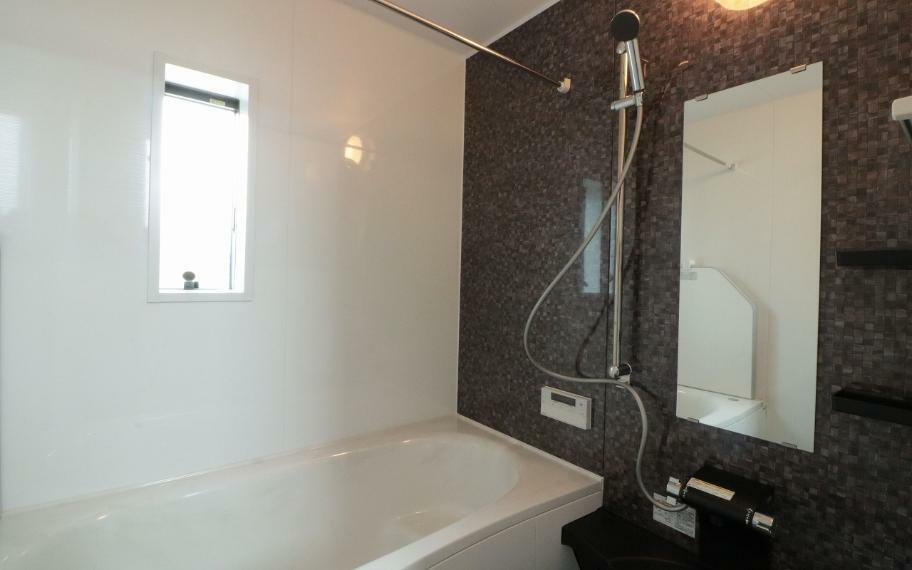 同仕様写真(内観) 施工例■広々とした1坪タイプの浴室はお掃除もしやすく足をのばして入浴することができます。洗い場も広いためお子様や赤ちゃんのベビーバスを置いて一緒に入ったり、賃貸やマンションではなかなかない大きさです。