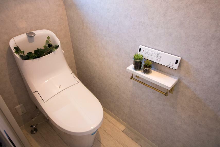 同仕様写真(内観) 施工例■あると嬉しい2つのトイレは、忙しい毎朝の渋滞をなくします。便器にふちがないフチレス構造、汚れの付きにくいアクアセラミックで日々のお掃除の手間が少なくなります。