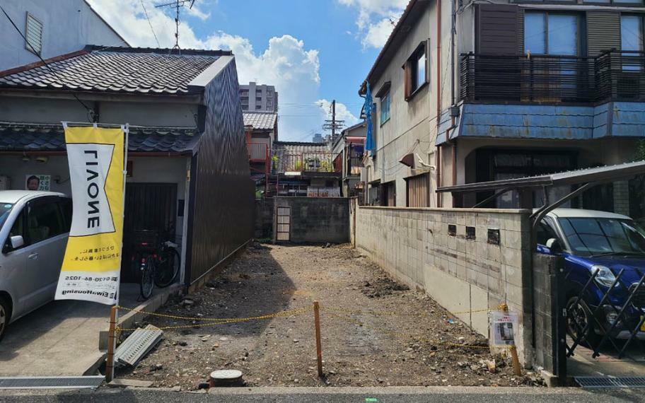 現況写真 現地写真■3方角からの日当たり良好!土地約24坪付で駐車2台や日当たりを活かした吹抜けなど自由度の高い土地です。※建物は解体いたします