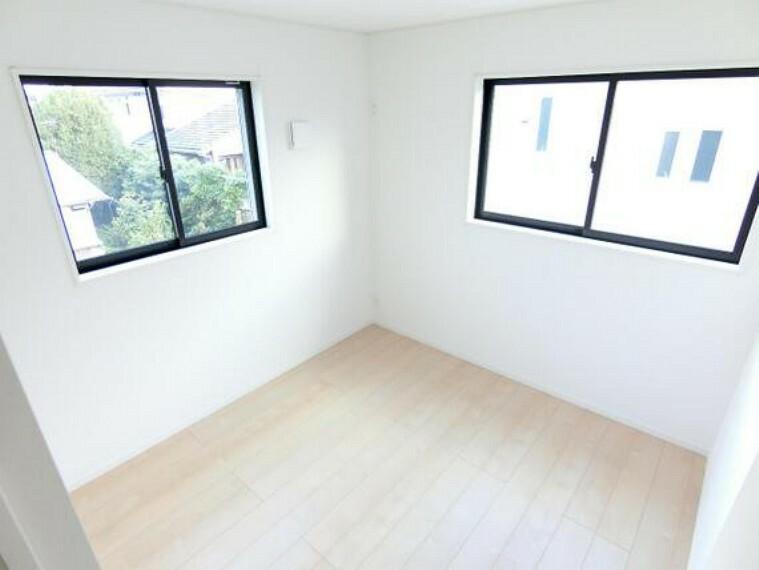 専用部・室内写真 2面採光で、明るいお部屋です。