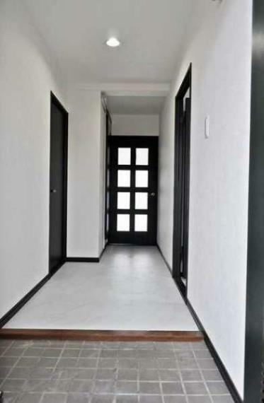 玄関 採光性良好な室内を玄関から望む!