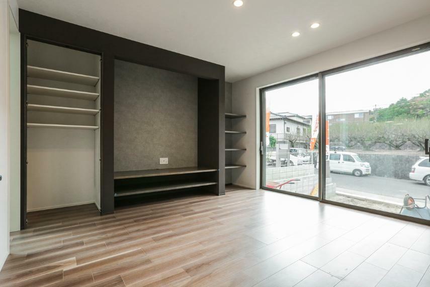 居間・リビング 造り付けの棚やTVボードなど、細部に至る造りこみが光るリビング。(2号棟)