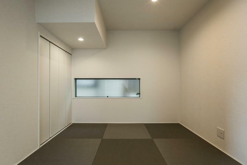 和室 デザイン性の高い半帖畳を使用したくつろぎの和室。(2号棟)