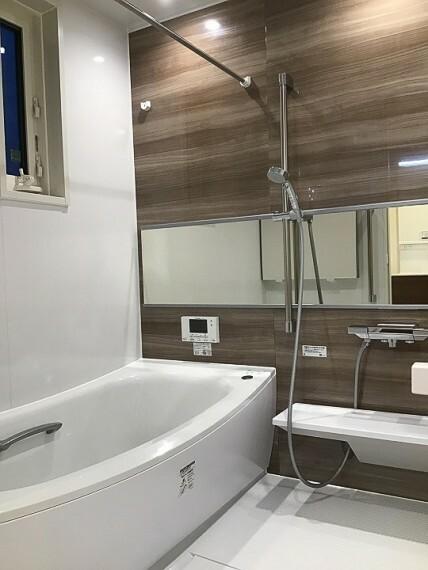 浴室 内観写真:浴室 8-6号地 (2020年7月撮影)浴室換気暖房付。やわらかな木調インテリアが癒しの空間にします。
