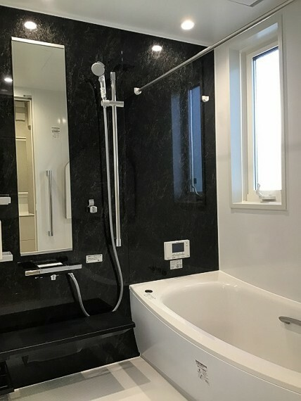 浴室 内観写真:浴室 8-7号地 (2020年7月撮影)浴室換気暖房付。ブラックのアクセントパネルがモダンな浴室。