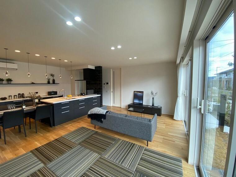 居間・リビング 内観写真:リビングダイニングキッチン 8-7号地 (2020年12月撮影)ブラック&ホワイトのインテリアが洗練された印象を与えます。