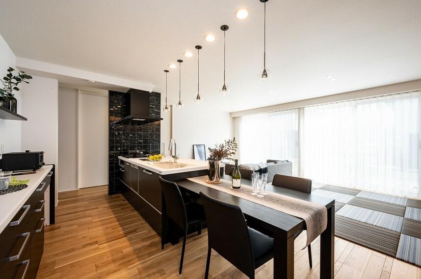 キッチン 内観写真:ダイニングキッチン 8-7号地 (2020年12月撮影)LDKの壁一面に貼られたタイルが空間にアクセントとつながりを感じさせます。