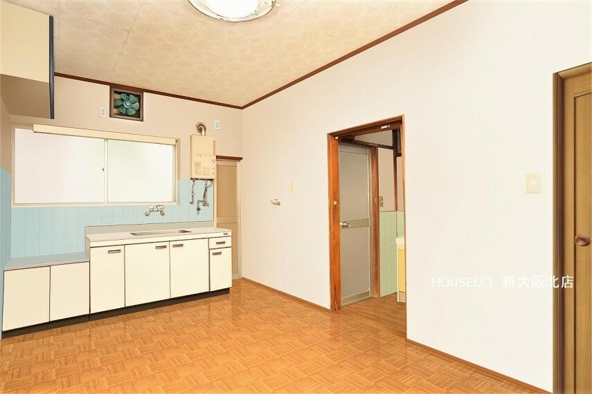 居間・リビング ■キッチンが壁側に配置され、スッキリとしたリビング! ■中央に机を置いても狭苦しさを感じにくいですよ! ■キッチンの横から裏口にも出れますので家事動線が良い物件です! ※写真はイメージ図です