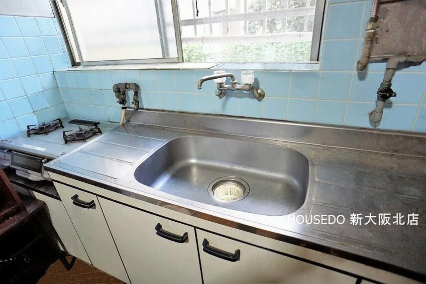 キッチン ■キッチンには窓がございますので、 お料理中のニオイもスッキリと換気できます! ■シンクや作業スペースが広いので、 お料理がしやすそうですね! ■キッチンの横には勝手口もございます!