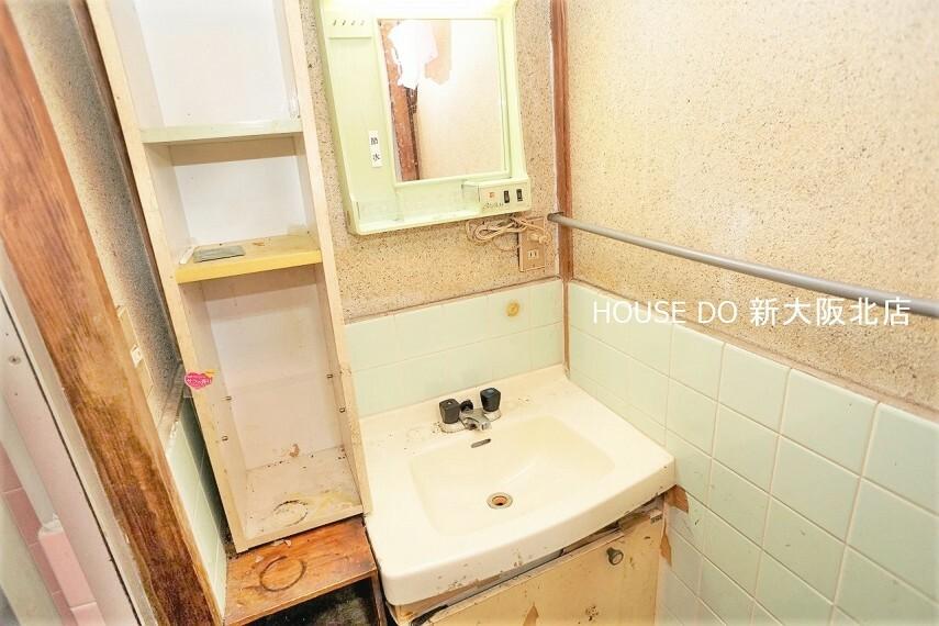 洗面化粧台 ■シンプルな洗面台です!お掃除がしやすそうですね! ■洗面台上部にはコンセントも設置されているので、ドライヤーなどを使うときも安心ですね!