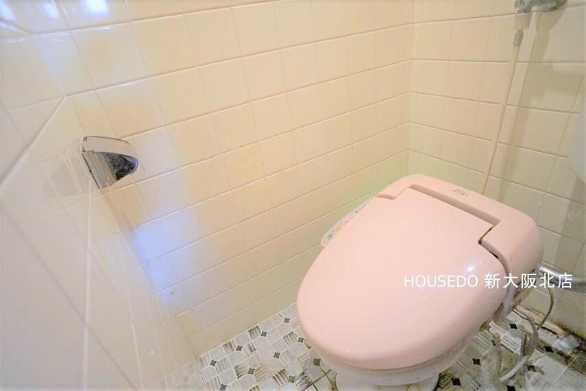 トイレ ■温水便座機能付きトイレ! ■トイレにも窓がございますので 、気になるニオイもスッキリ換気! ■トイレとタンクが離れているので、トイレ裏のスペースが広く、掃除用具などを置いておくこともできます!