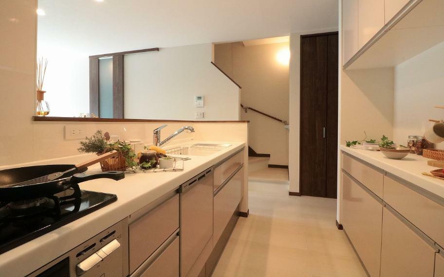 キッチン 施工例■キッチンまわりの収納も充実させました。まとめ買いした食品の保存や散らかりがちな家事小物をまとめて整理できるのでキッチン周りはいつもスッキリ。