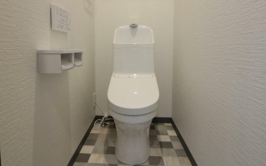 トイレ 施工例■あると嬉しい2つのトイレは、忙しい毎朝の渋滞をなくします。便器にふちがないフチレス構造、汚れの付きにくいアクアセラミックで日々のお掃除の手間が少なくなります。