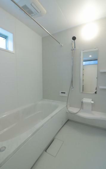 浴室 施工例■広々とした1坪タイプの浴室はお掃除もしやすく足をのばして入浴することができます。洗い場も広いためお子様や赤ちゃんのベビーバスを置いて一緒に入ったり、賃貸やマンションではなかなかない大きさです。