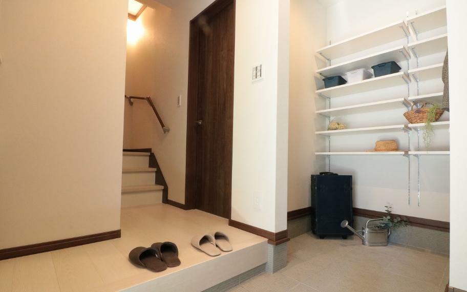 玄関 施工例■大きめに取った玄関には、シューズクロークを設けました。靴以外の物も収納でき、いつも綺麗な玄関周りを保つことができます。