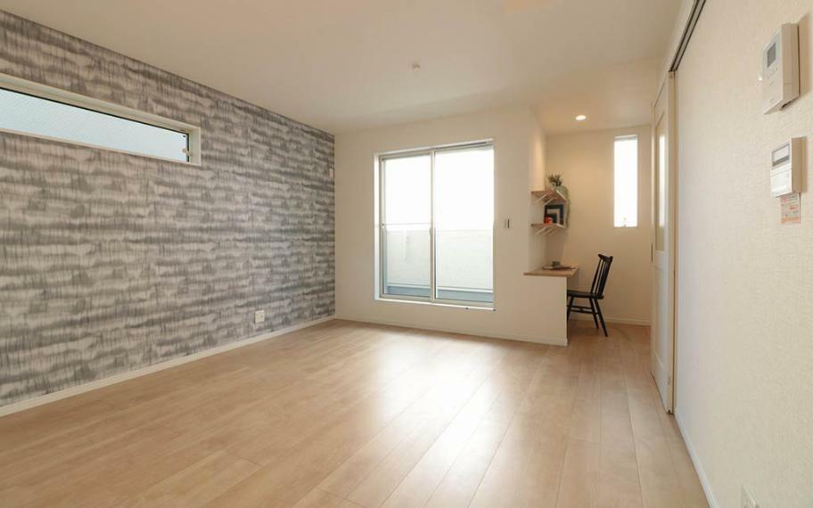 リビングダイニング ホワイトをベースに床材はメープルを使い、ナチュラルで飽きのこないテイストに仕上げました。どんなインテリアや小物でもあわせやすいお家です。