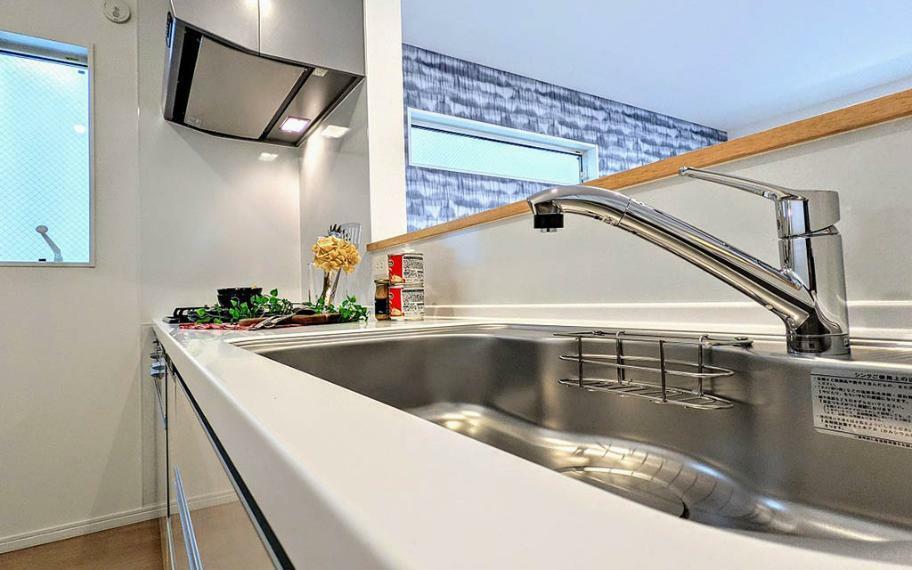 キッチン 半分カウンターのキッチンはダイニング・リビングへの動線が良く、お料理をしながら家族との会話がしやすく、全体に目が行き届く人気の配置です。