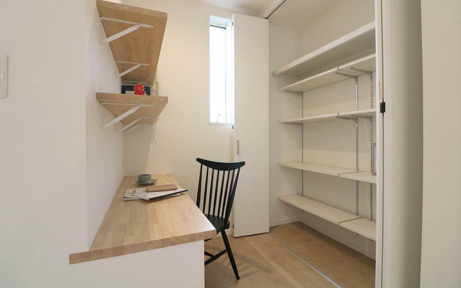 居間・リビング リビング横には、趣味に仕事に集中できる半個室のようなスタディスペースが。キッチンからも見えるので、子どもの宿題スペースとしても。