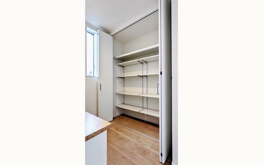 居間・リビング スタディースペースの後ろには可動棚の収納を設けているので、趣味で使う小物や仕事の資料、家族の共有の書類などもスッキリしまうことができます。