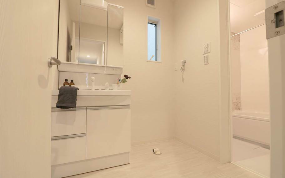 洗面化粧台 鏡の中やシンク下にたくさんの収納できる洗面化粧台はLED照明で省エネ。鏡中にはコンセントがあり、電動歯ブラシや電気カミソリの充電もできます。シャワー水栓・三面鏡で毎朝のセットもスムーズに!